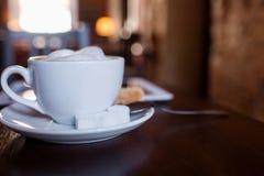 Tasse de cappuccino sur la table en bois Café Photographie stock
