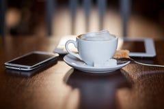 Tasse de cappuccino sur la table en bois Café Image stock