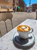 Tasse de Cappucino dans une ville italienne Photographie stock libre de droits