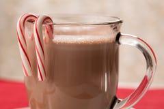 Tasse de chocolat chaud avec des cannes de sucrerie de menthe poivrée Photos libres de droits