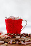 Tasse de chocolat chaud avec des marsmallows sur le blanc Photo stock