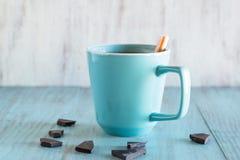 Tasse de chocolat chaud avec des morceaux Images stock