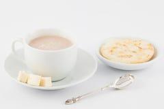 Tasse de chocolat chaud avec du fromage et l'arepa Image stock