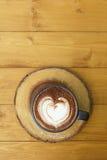 Tasse de chocolat chaud avec la forme de coeur sur le fond en bois Image stock