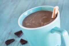 Tasse de chocolat chaud avec le bâton de menthe poivrée Photo stock