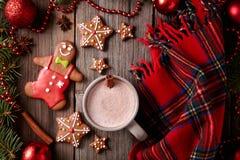 Tasse de chocolat chaud avec le bonhomme en pain d'épice, étoiles Photo libre de droits
