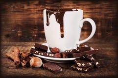 Tasse de chocolat chaud avec les écrous et la cannelle Photo stock