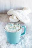 Tasse de chocolat chaud d'hiver avec des mitaines Photographie stock libre de droits