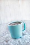 Tasse de chocolat chaud d'hiver avec la neige Images stock