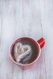 Tasse de chocolat chaud d'hiver avec le coeur crème fouetté Image stock