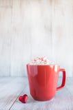 Tasse de chocolat chaud d'hiver confortable avec Valentine Heart Photos libres de droits