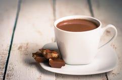 Tasse de chocolat chaud sur le fond en bois Image stock