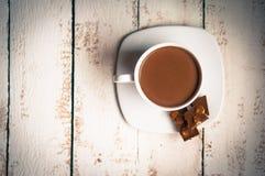 Tasse de chocolat chaud sur le fond en bois Photo libre de droits