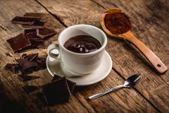Tasse de chocolat sur la table photos stock