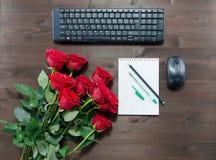 Tasse de clavier de stylo de carnet de café et de roses rouges Images libres de droits