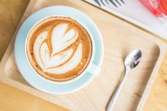 Tasse de coeur de café sur la table en bois en café de boutique de coffe Image libre de droits