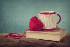 Tasse de coeur de café et de laine Photographie stock libre de droits