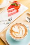 Tasse de coeur de café sur la table en bois en café de boutique de coffe Photographie stock
