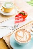 Tasse de coeur de café sur la table en bois en café de boutique de coffe Photo libre de droits