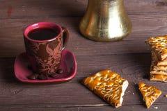 Tasse de cofee, de tirk et de biscuits sur la vieille table en bois vis-à-vis du sac photos libres de droits