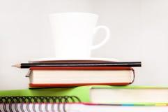Tasse de cofee sur l'étagère Photographie stock libre de droits