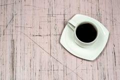 Tasse de Cofee sur le conseil démodé Photographie stock