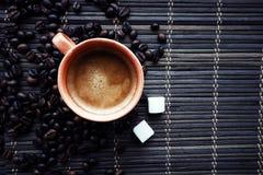 Tasse de Coffe avec des grains de café images libres de droits