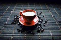 Tasse de Coffe avec des grains de café image libre de droits