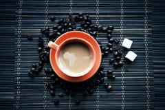 Tasse de Coffe avec des grains de café image stock