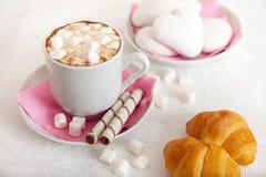 Tasse de coffe avec la guimauve et les croissants Photo stock