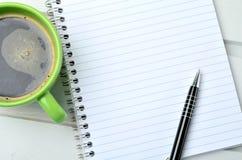 Tasse de coffe avec le carnet et le stylo Photo libre de droits