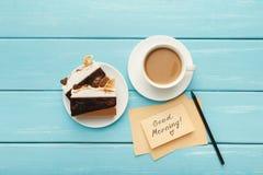 Tasse de coffe et gâteau sur la table rustique de turquoise, vue supérieure Image stock