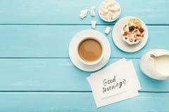 Tasse de coffe et gâteau sur la table rustique de turquoise, vue supérieure Photo stock