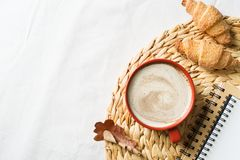 Tasse de coffe et pâtisserie sur le fond blanc image libre de droits