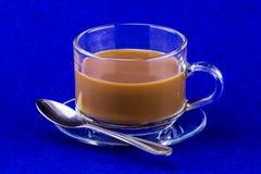 Tasse de Coffe sur la table bleue Image stock