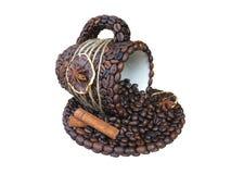Tasse de concept de café avec de la cannelle et des haricots d'isolement sur le blanc Image libre de droits