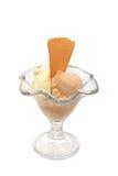 Tasse de crème glacée avec des biscuits d'isolement photographie stock libre de droits