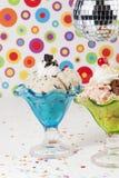 Tasse de crème glacée avec une boule de disco Photos stock