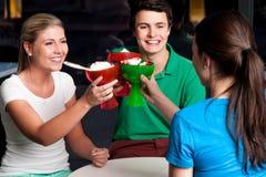 Tasse de crème glacée de trois augmenter d'amis Photographie stock