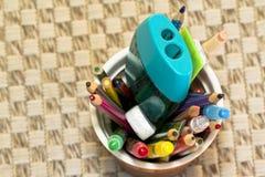 Tasse de crayon de couleur Images stock