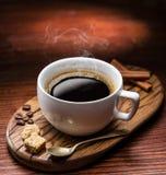 Tasse de cubes en sucre de café et de canne photo libre de droits