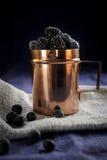 Tasse de cuivre avec des baies Photo libre de droits