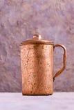 Tasse de cuivre de vintage dans l'Inde Photos libres de droits