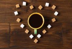 Tasse de  de Ð de café avec un coeur fait de cubes en sucre Photographie stock libre de droits