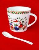 Tasse de fête de Noël avec la cuillère blanche Photographie stock libre de droits