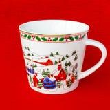 Tasse de fête vide de Noël sur le fond rouge Photos libres de droits