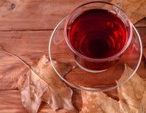 Tasse de feuilles chaudes de boissons et d'automne sur un fond en bois Photo stock