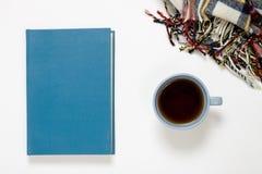 Tasse de flatlay couvrant de thé, de livre et de laine Images stock
