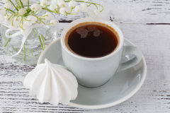 Tasse de fond de bouq du muguet de ressort de café d'expresso photo stock