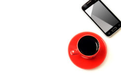 Tasse de fond de café et de téléphone portable et blanc sur le dessus photographie stock libre de droits